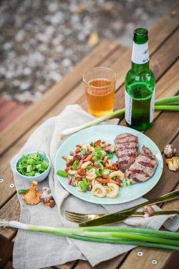 Grillrezept für einen herbstlichen besonderen Nudelsalat mit Pfifferlingen und Frühlingszwiebeln. Frisch und mit einen Hauch vom Herbst. Das Rezept findet ihr auf dem Blog   ichsowirso.de