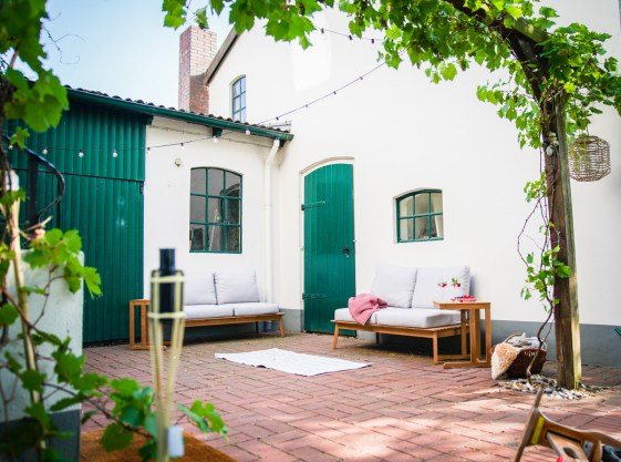 Unsere neuen Gartenmöbel in unserer Gartenlounge im Innenhof unseres alten Bauernhauses ist so gemütlich, dass ich auch hier wohnen könnte. Mehr dazu auf dem Blog! | Ichsowirso.de