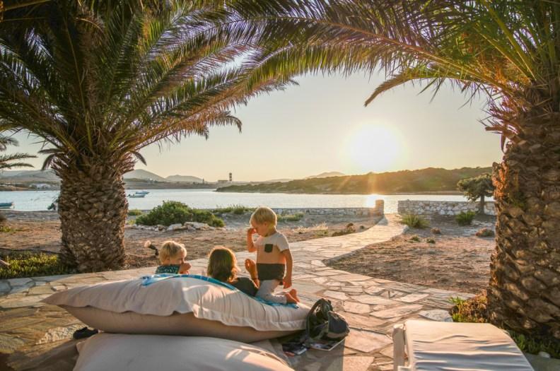 Unsere Unterkunft auf Paros in der Bucht von Santa Maria ist ein Kinderparadies mit einem Strand der einer riesen Badewanne ähnelt | Ichsowirso.de