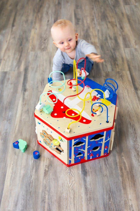 Holzspielzeug ist nicht nur schön und beständig, es gibt Kindern aufgrund seiner einzigartigen Haptik ein ganz besonderes Gefühl und regt alle Sinne an. Der Motorikwürfel lässt die Kinder spielend lernen und entdecken. | Ichsowirso.de