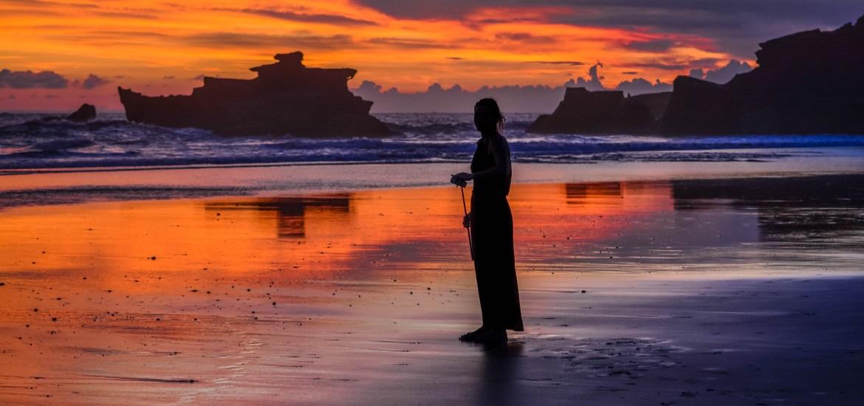 Caroline à Balian Beach couché soleil bali indonesie