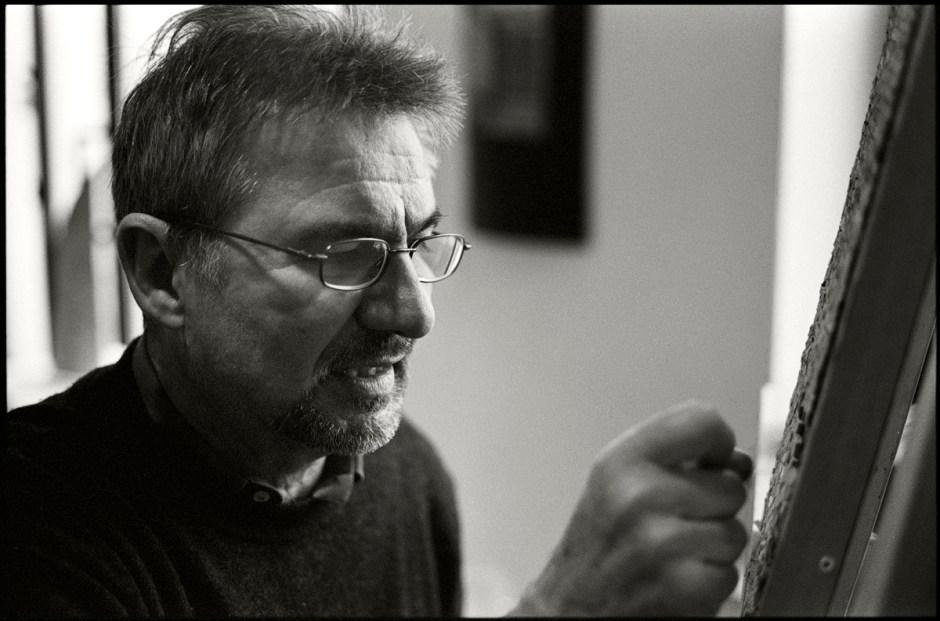 Marco De Luca al lavoro su un mosaico. Ravenna, 2006