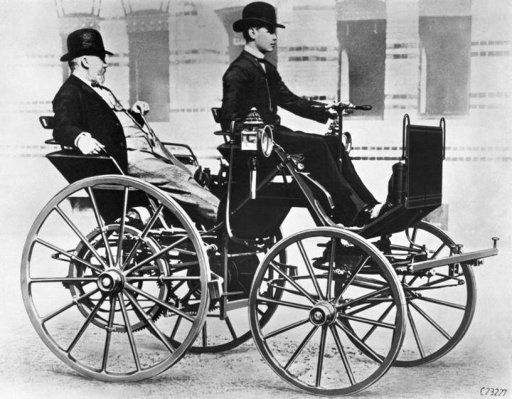 Gottlieb Daimler apoltronado en el asiento de atrás y su hijo Adolf conduciendo | Daimler AG