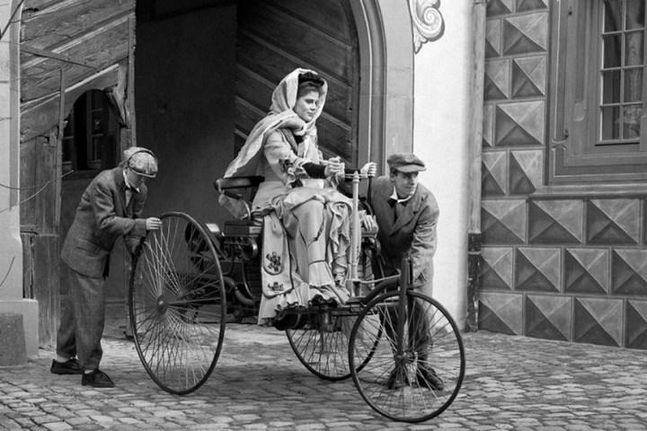 Evocación de Bertha Benz y sus hijos emprendiendo viaje