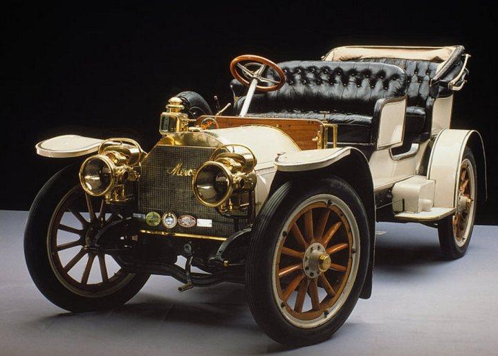 Un Mercedes Simplex 28/32 PS Tourenwagen de 1904. El Simplex, diseñado por Maybach a partir del 35HP, se fabricó entre 1902 y 1909 y su nombre deriva de la intención de ofrecer un gran confort a través de la simplicidad y en efecto era muy fácil de manejar para el estándar de la época | Foto: Daimler AG