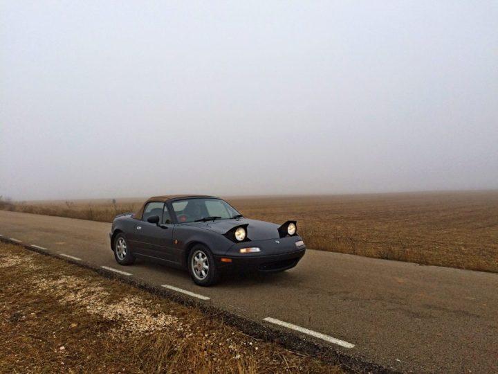 Eunos Roadster en la niebla