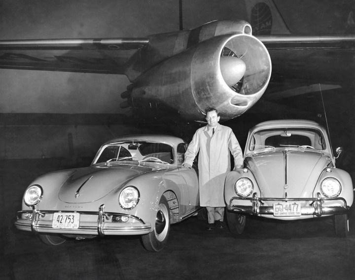 Ferry Porsche con un 356 y un Volkswagen Typ 1 / Escarabajo / Käfer / Fusca | Foto: Porsche AG