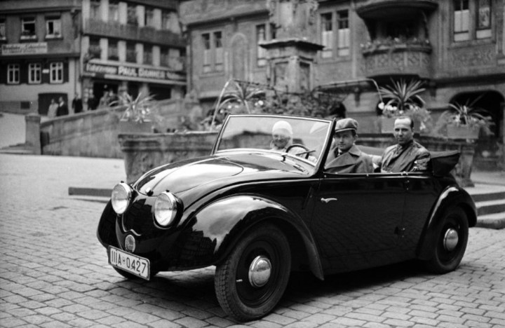 Ferry Porsche en 1936 con un prototipo del Volkswagen | Foto: Porsche AG