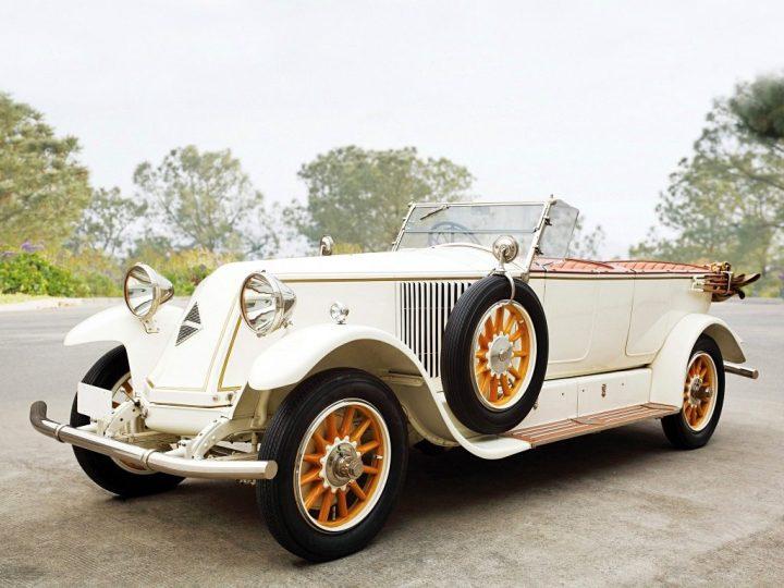 """Renault viene de fabricar coches grandes y no se adapta fácilmente al mercado de los pequeños, como demuestra este imponente 40 CV de superlujo (1908-1928) cuyo """"morro"""" característico de la marca en sus primeros años se debe a la ubicación del radiador detrás del motor"""