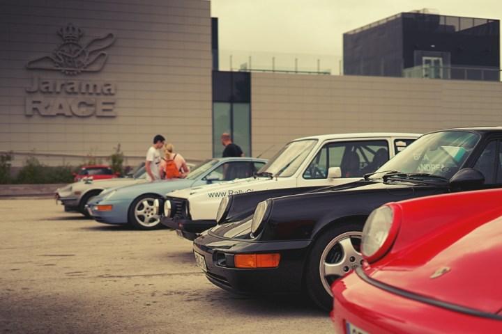 Porsche 911 negro en el Circuito del Jarama