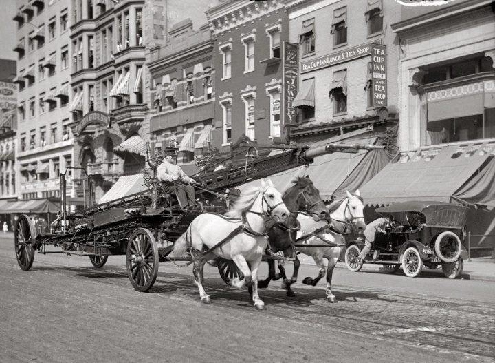 Breve historia del automóvil: Caballos galopando carro bomberos