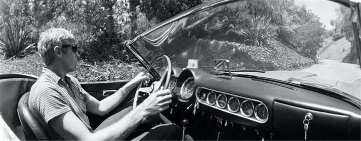 James Coburn con su Ferrari 250 GT Spider California del '62 en Benedict Canyon en 1966 | David Sutton