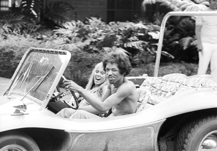 Jimi Hendrix conduce un Volkswagen Dune Buggy el 6.10.1968 en Honolulu, Hawaii