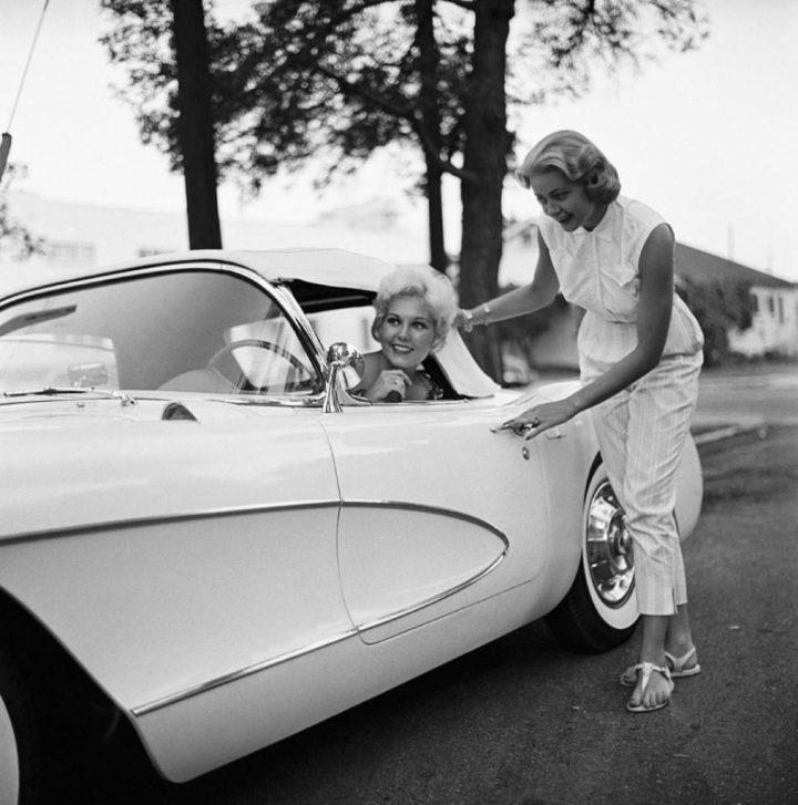 Kim Novak y su Chevrolet Corvette del '56 en 1956 | Sid Avery