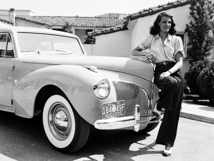 Rita Hayworth posando junto a un Lincoln en 1941 | John Kobal Foundation