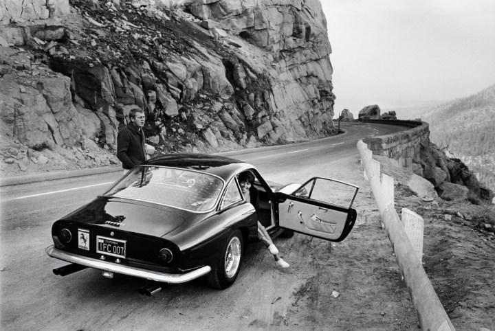 Steve McQueen y su mujer Neile Adams a bordo de su Ferrari 250 GT Lusso en 1964 | William Claxton