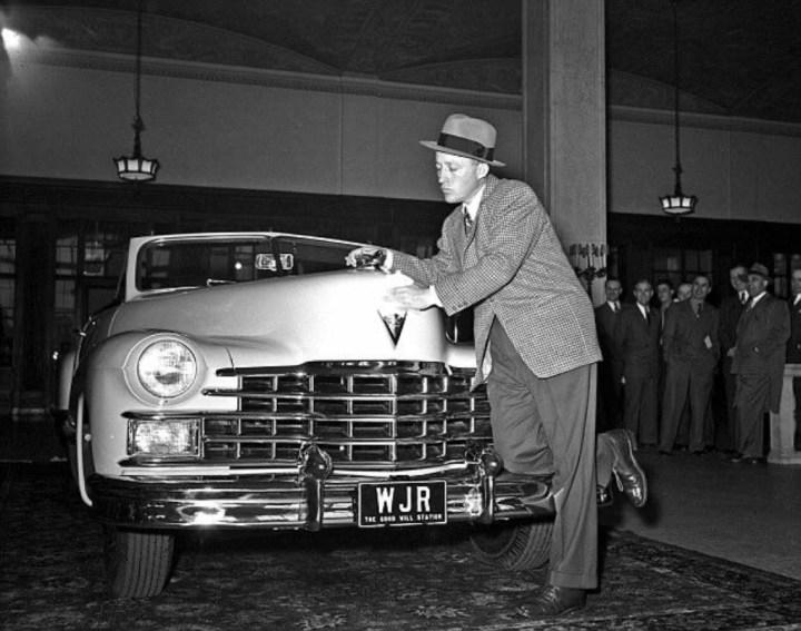 Bing Crosby recogiendo su nuevo Cadillac en 1947
