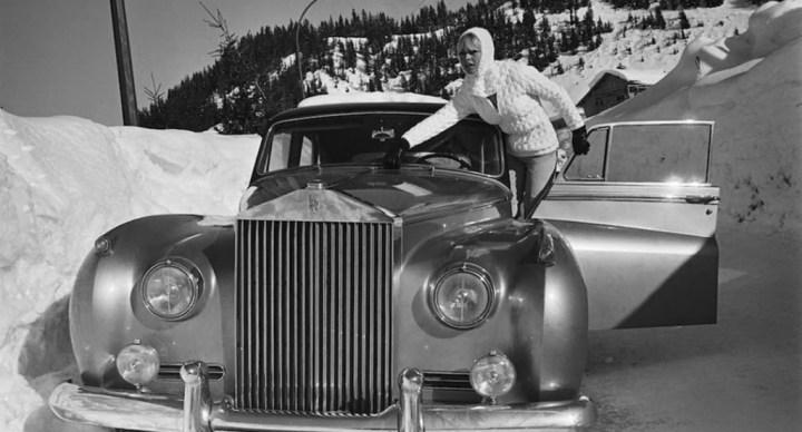Brigitte Bardot en Méribel, Francia, con su Rolls-Royce Silver Cloud, alrededor de 1970 | Francois Gragnon/Paris Match/Getty Images