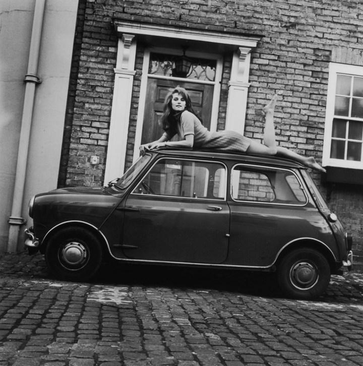 Charlotte Rampling sobre el techo de su Mini en 1967 | John Pratt/Hulton Archive/Getty Images