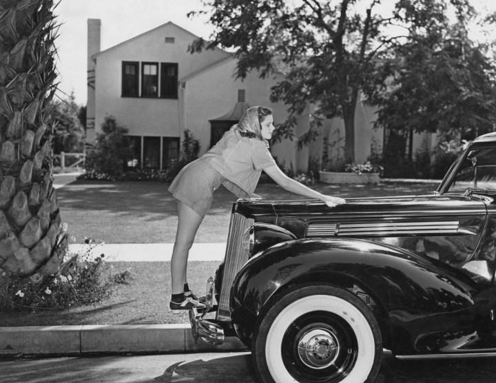Judy Garland saca brillo a su Packard Six durante el rodaje de El Mago de Oz en 1939 | Frederic Lewis/Archive Photos/Getty Images