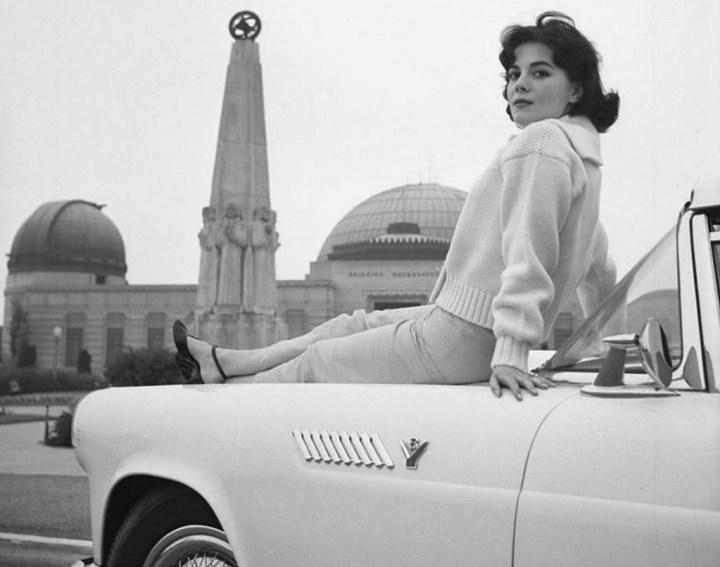 Natalie Wood sobre un Ford Thunderbird en Griffith Park, Los Angeles en 1957 | Charlotte Brooks