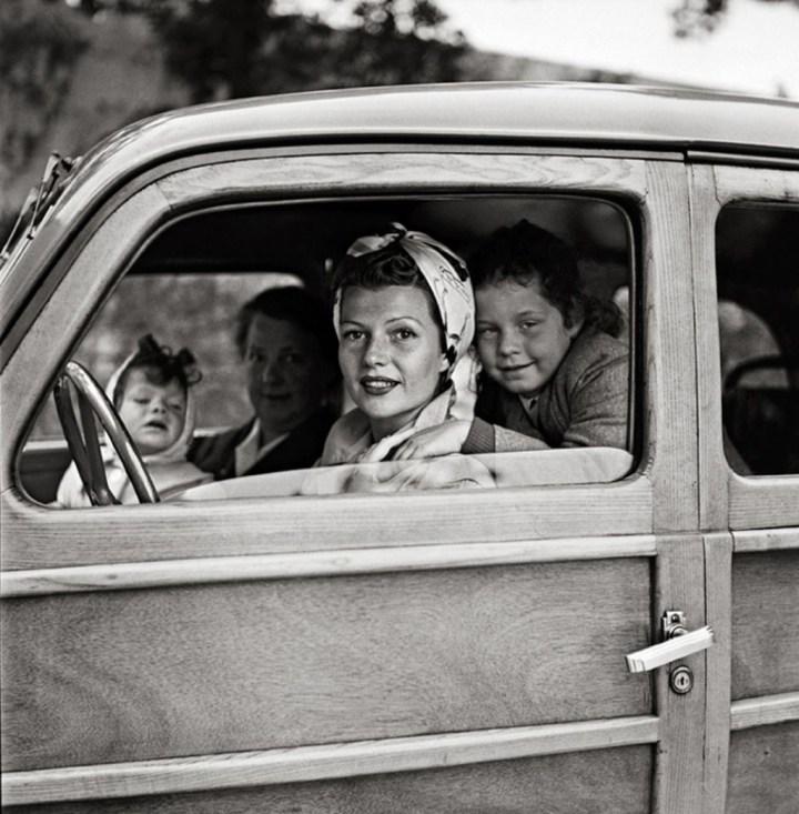 Rita Hayworth con sus hijas a bordo de su Fiat 508 C:1100 Nuova Balilla | Edward Quinn
