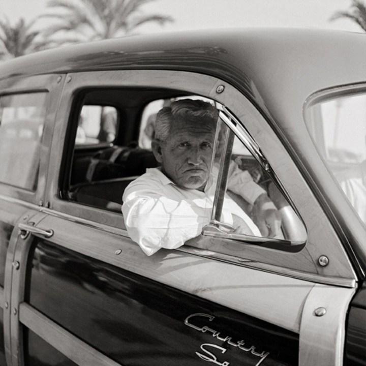 Spencer Tracey en su Ford Country Squire Woodie Wagon en Niza en 1953 | Edward Quinn