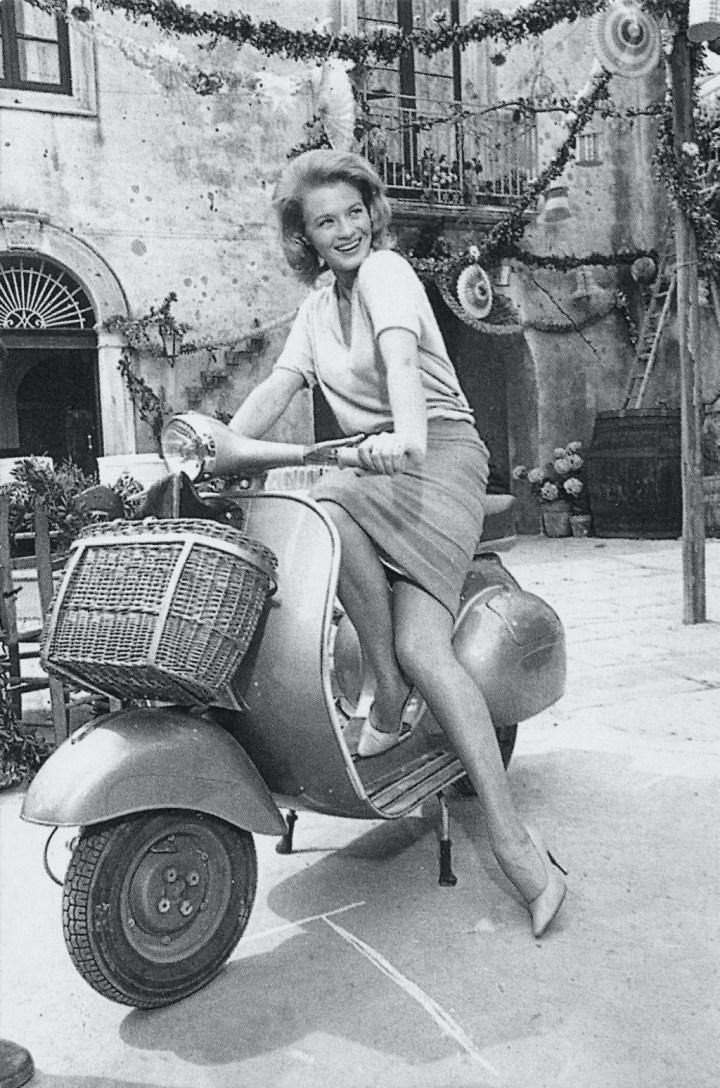Stars & Cars 3 Angie Dickinson a los mandos de una Vespa en Italia hacia 1962