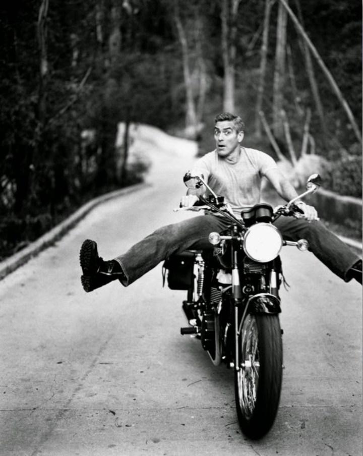 Stars & Cars 3 George Clooney montando en una Triumph | Sam Jones