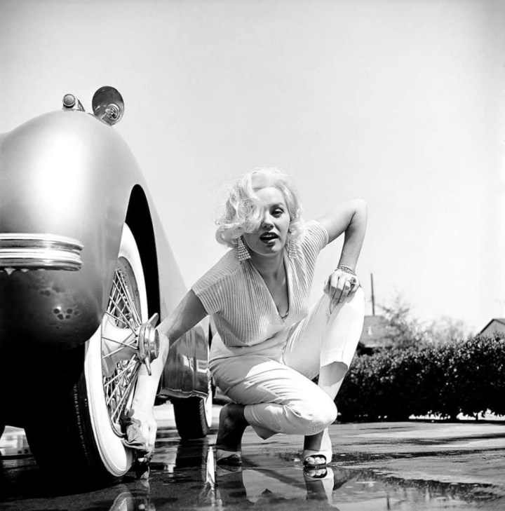 Stars & Cars 3 La actriz Mamie Van Doren lavando las ruedas de su Jaguar XK en Los Angeles en 1954 | Loomis Dean:The LIFE Picture Collection:Getty Images