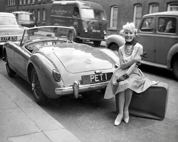 Stars & Cars 3 La cantante y actriz Petula Clark en 1960 con su Turner 950 | mptvimages:eyevine