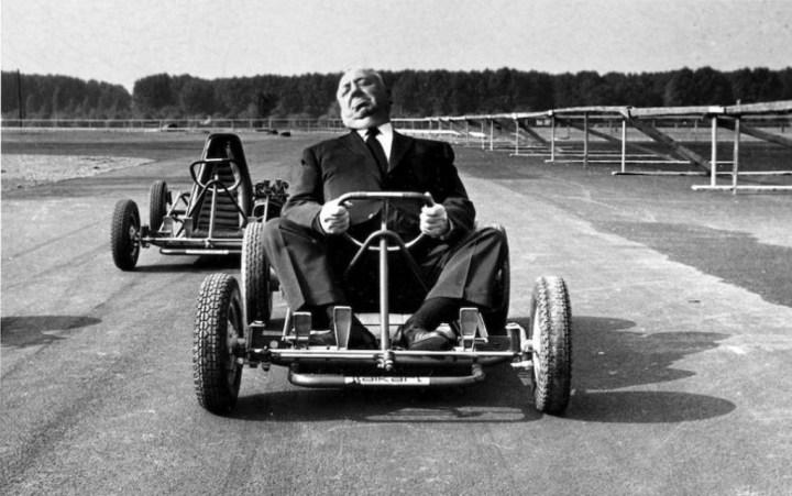 Alfred Hitchcock sentado en un kart a las afueras de Milán en 1960