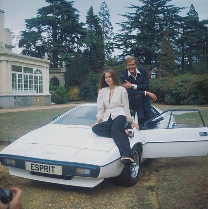 Barbara Bach y Roger Moore en la casa Pinewood en 1977 promocionando la película La espía que me amó | Fox Photos:Hulton Archive:Getty Image