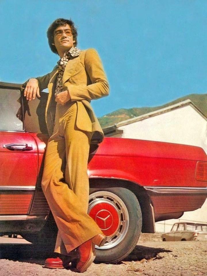 Bruce Lee junto a su Mercedes-Benz 350 SL en 1972