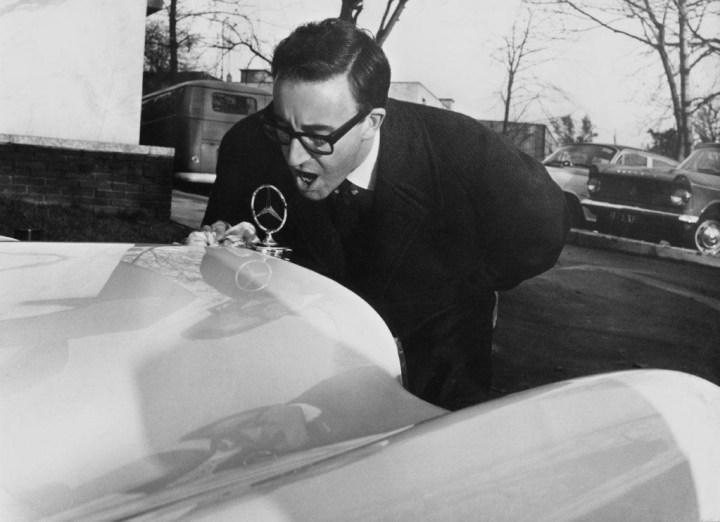 El actor Peter Sellers sacando brillo a la estrella de su Mercedes-Benz 300 SE Cabriolet el 7 de noviembre de 1962 | Chris Ware/Keystone/Hulton Archive/Getty Images