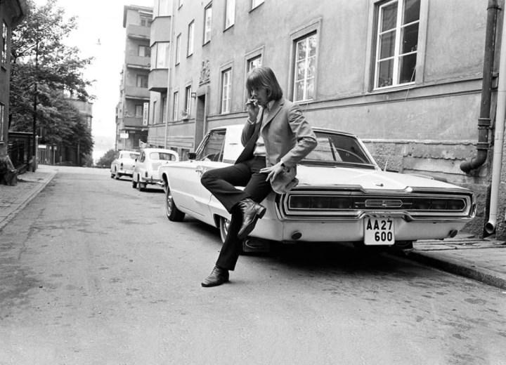 El cantante Benny Andersson, miembro de Abba, con su nuevo Ford Thunderbird de 1966
