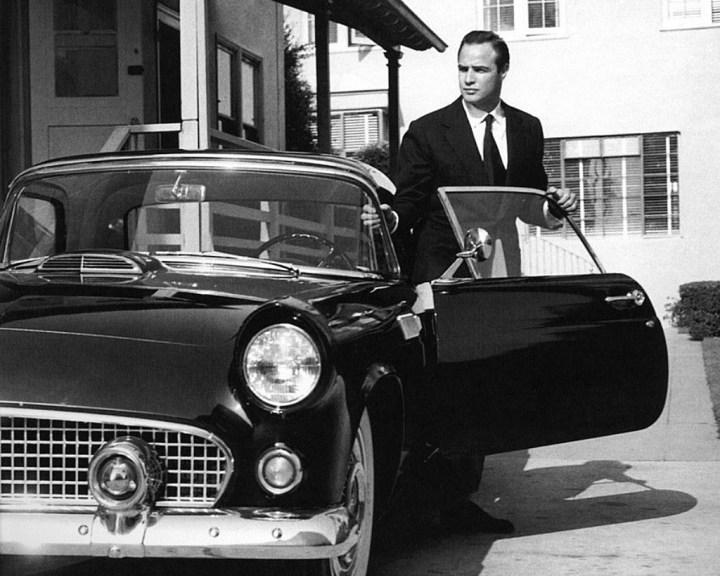 Marlon Brando junto a su Ford Thunderbird en 1955
