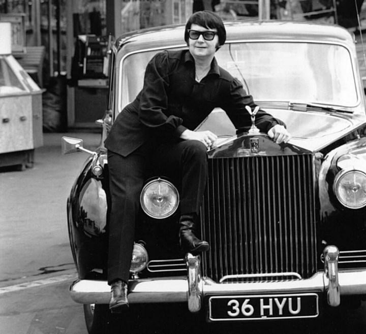 Roy Orbison sentado sobre su Rolls-Royce en 1970 | Wesley:Keystone:Getty