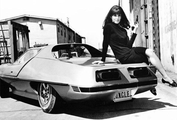 Stefanie Powers sentada sobre un AMT Piranha caracterizada como April Dancer durante el rodaje de la serie The Girl from U.N.C.L.E. hacia 1967 | Silver Screen Collection:Getty Images
