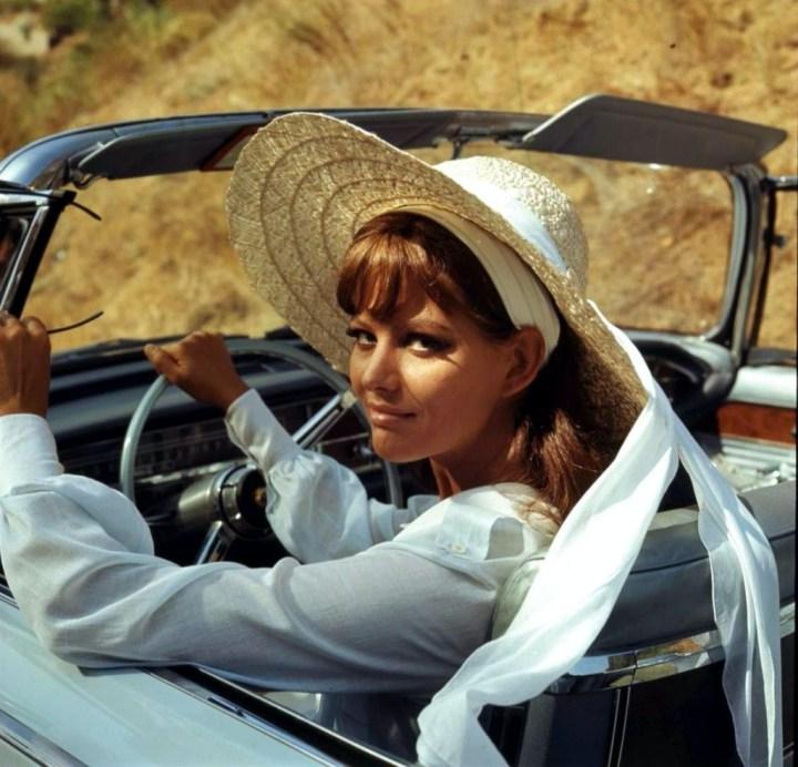 Personajes singulares y sus coches: Claudia Cardinale al volante de un Imperial Crown Convertible en la película Don't make waves de 1967 | Filmways Pictures