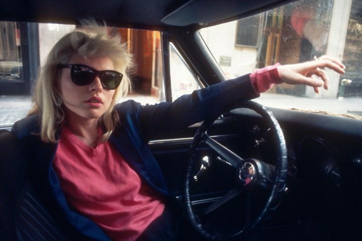 Debbie Harry, al volante de un Chevrolet Camaro en 1977 | Bob Gruen