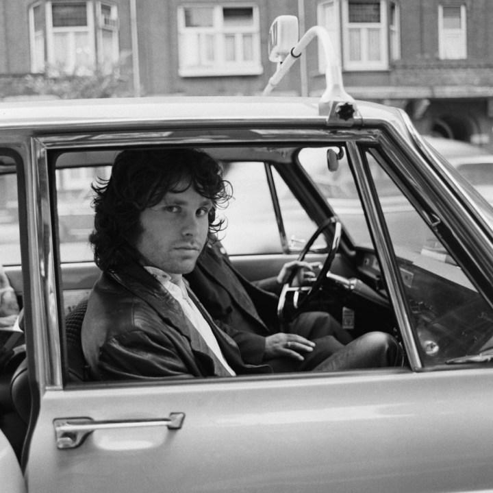 Personajes singulares y sus coches: Jim Morrison en un taxi en Amsterdam en 1968 | Nico van der Stam