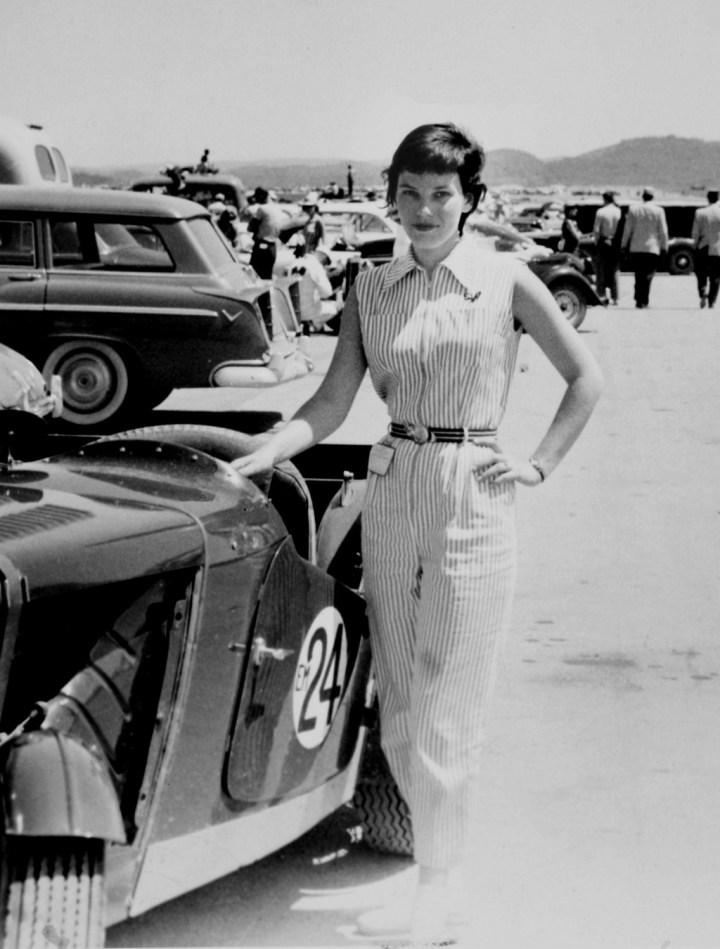 La piloto americana Suzy Dietrich junto a su MG TC de competición en 1954