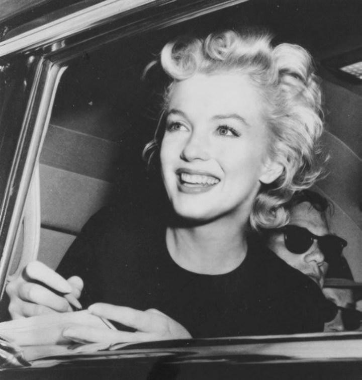 Marilyn Monroe firmando autógrafos en 1954 | Getty Images