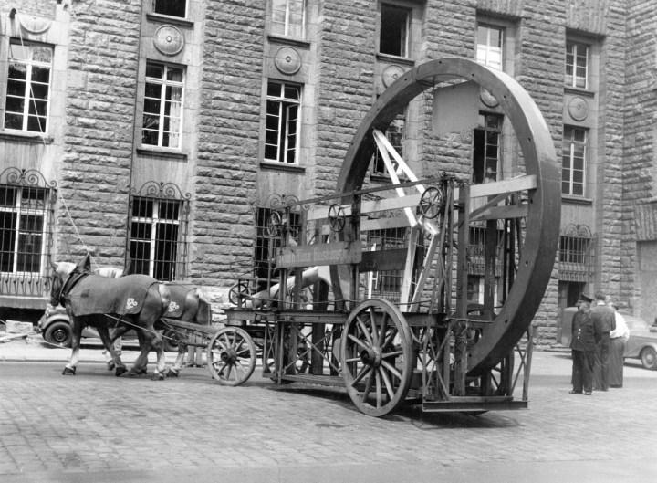 Coches y caballos: El caballo tardó bastante en desaparecer de las ciudades: instalando la estrella de Mercedes-Benz en la torre de la estación de Stuttgart en 1952 | Daimler