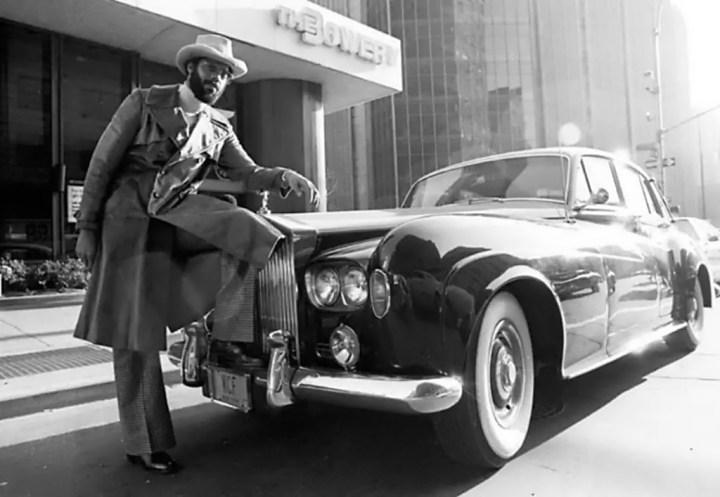 El jugador de baloncesto Walt 'Clyde' Frazier con su Rolls-Royce