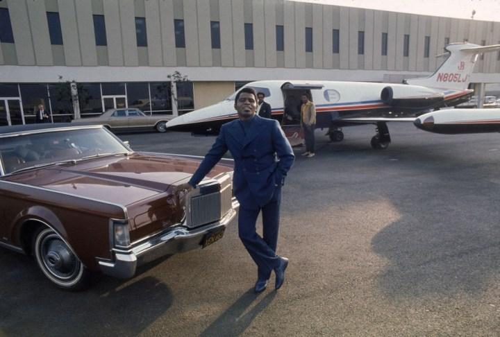 Stars & Cars: James Brown en aeropuerto de Los Angeles con su Lincoln Continental y un Learjet | Julian Wasser/The LIFE Images Collection/Getty Images