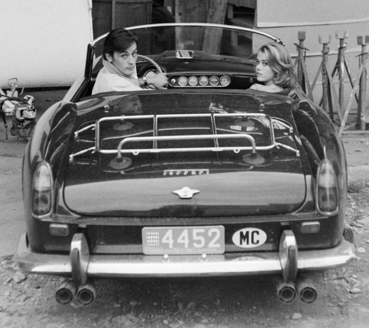 Stars & Cars: Jane Fonda y Alain Delon sentados en su Ferrari 250 GT Spider California en Antibes en 1960