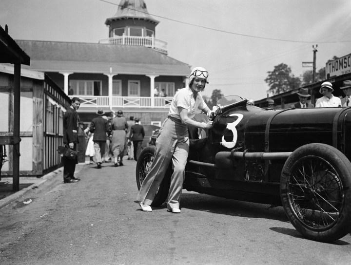 Stars & Cars: La piloto de carreras Paddy Maismith empujando su coche en Brooklands el 5 de junio de 1933 | AP Photo
