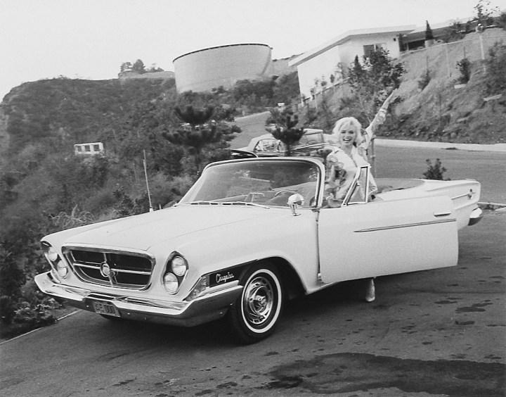 Stars & Cars: Marilyn Monroe en junto a su Chrysler 300M en Hollywood el 13 de julio de 1962 | George Barris